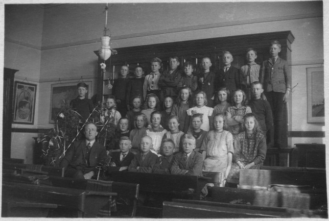 School O. Henk is the third from the left in the back row.